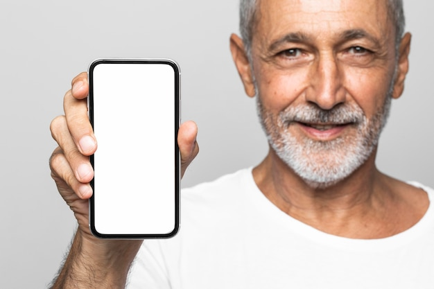 Hombre de primer plano con smartphone