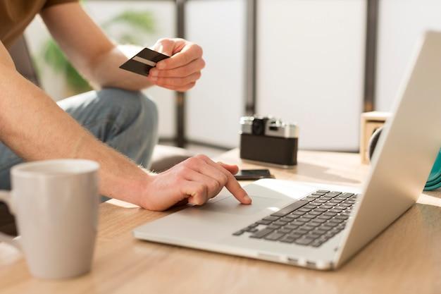 Hombre de primer plano con tarjeta de crédito