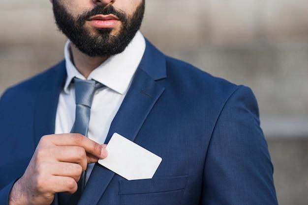 Hombre de primer plano con tarjeta de visita
