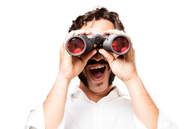 Hombre con unos prismáticos