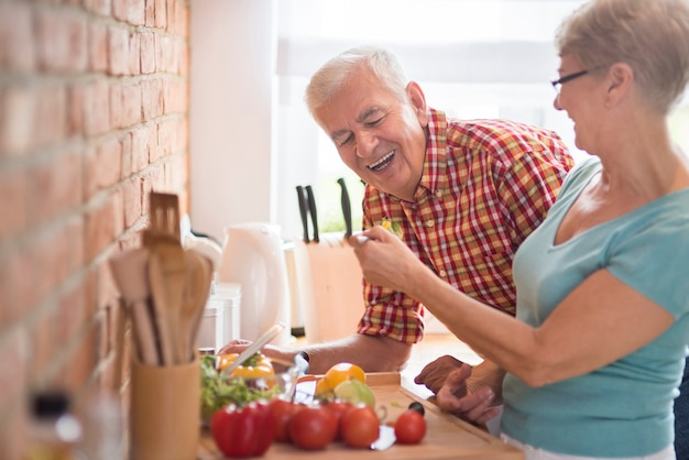 Hombre probando la cena cocinada por su esposa