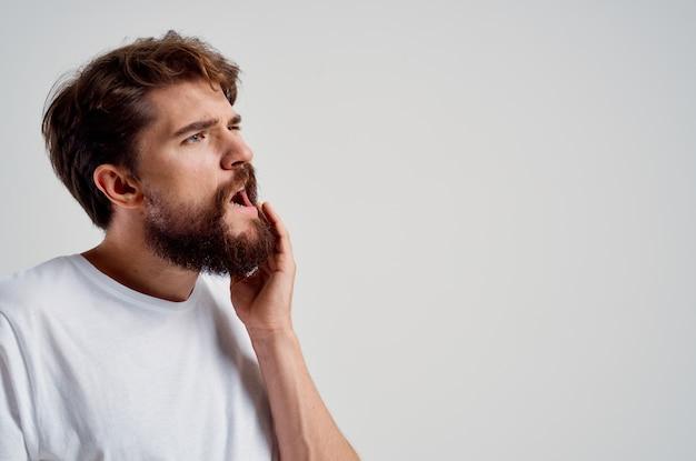 Hombre problema dental odontología tratamiento fondo aislado. foto de alta calidad