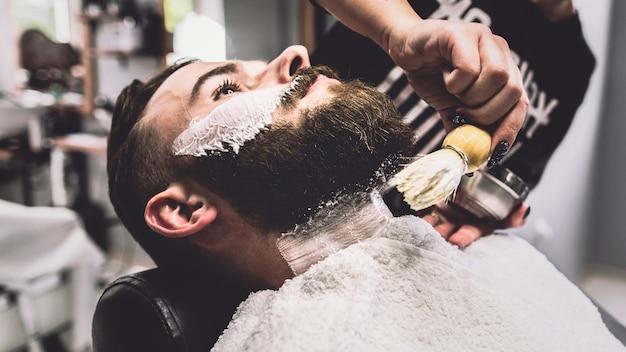 Hombre en procedimiento de afeitado