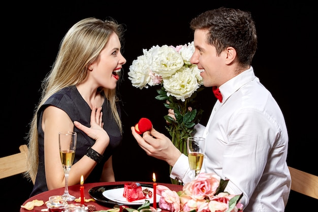 Hombre proponiendo matrimonio a una mujer sorprendida