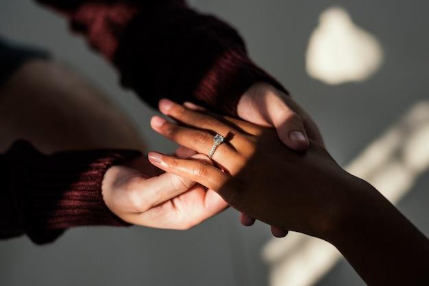 Hombre proponiendo a su novia con anillo de diamantes.