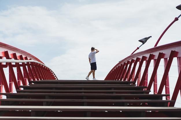 Hombre en el puente de amsterdam, python bridge