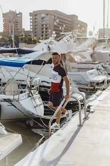 Un hombre en el puerto preparando el yate para el viaje.