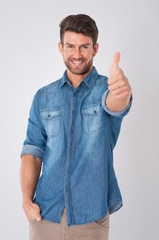 Hombre con pulgar arriba vistiendo una camisa de mezclilla