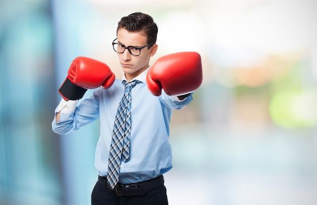 Hombre con puños de boxeo