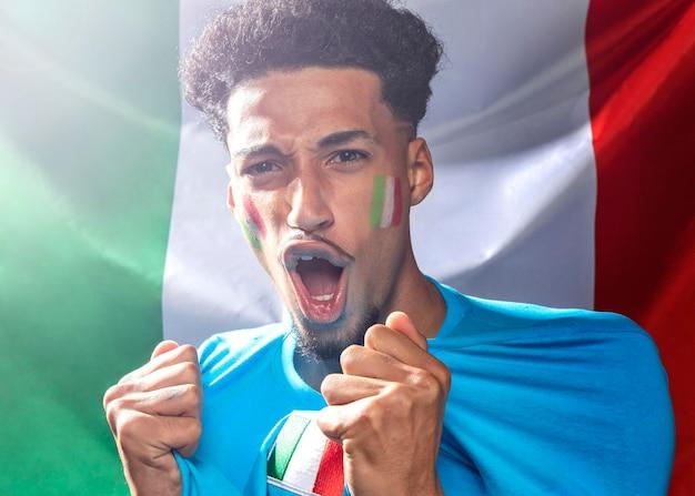 Hombre que anima con la bandera italiana