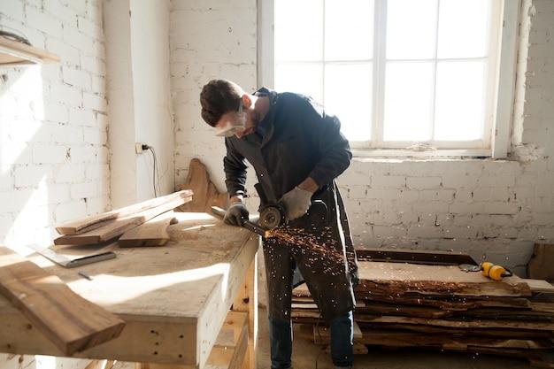 Hombre que comienza su propio negocio pequeño en el taller casero