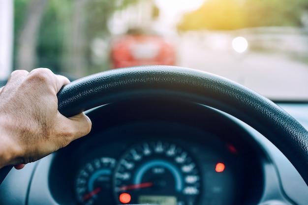 Hombre que conduce el coche en el camino de la carretera del transporte por carretera