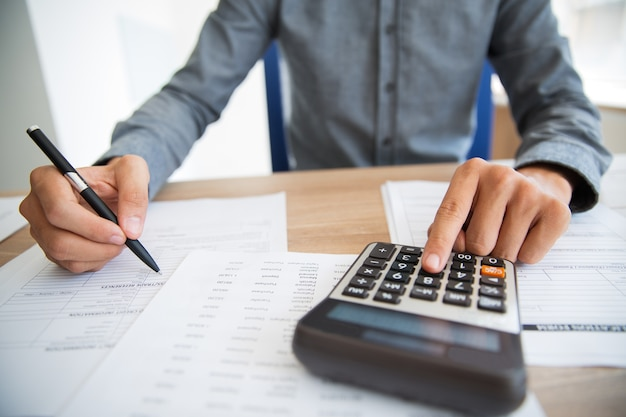 Hombre que empuja el botón analizar los ingresos