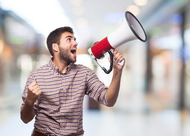 Hombre que grita en el megáfono