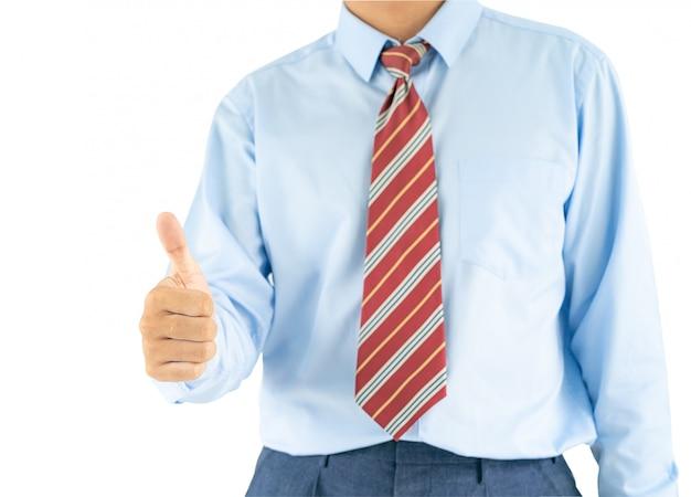 El hombre que lleva la camisa azul que alcanza reparte los pulgares para arriba con el camino de recortes
