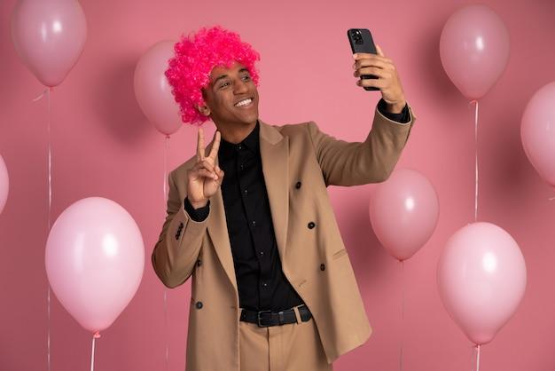 Hombre que llevaba una peluca divertida en una fiesta