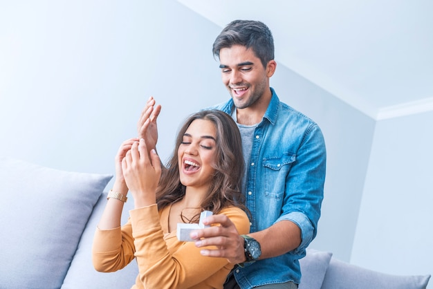 Hombre que oculta los ojos de su esposa para ofrecerle un anillo de compromiso para una propuesta de matrimonio