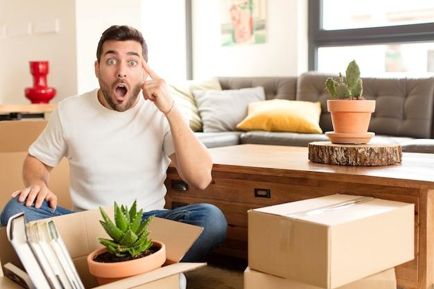Hombre que parece sorprendido, con la boca abierta, conmocionado, dándose cuenta de un nuevo pensamiento, idea o concepto