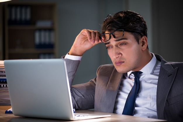 Hombre que permanece en la oficina por largas horas.