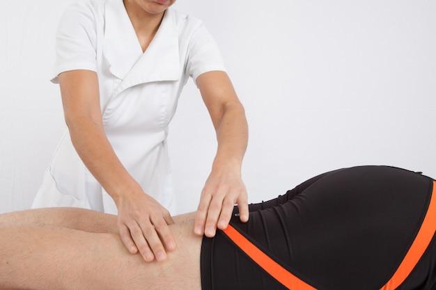 Hombre que recibe el masaje de espalda en el salón de spa