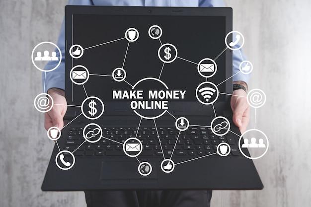 Hombre que sostiene la computadora portátil. internet. tecnología. negocio. haz dinero en línea