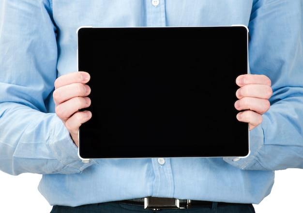 Hombre que sostiene un gadget de computadora tableta táctil con pantalla aislada