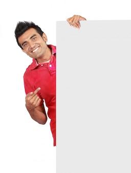 Hombre que sostiene una gran pancarta en blanco