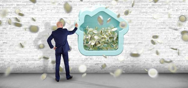 Hombre que sostiene una hucha de la casa con la moneda que rodea todo el renderizado 3d