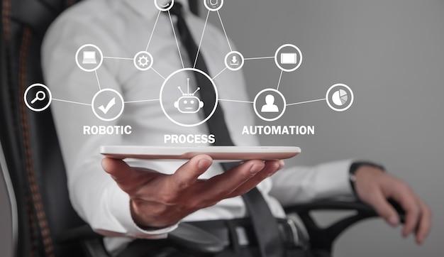 Hombre que sostiene la tableta. automatización robótica de procesos rpa. negocios, tecnología