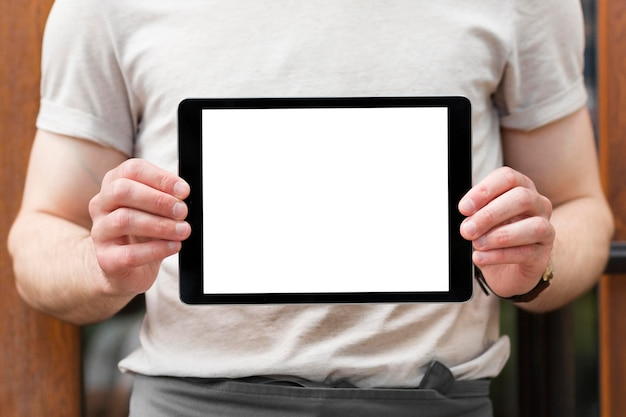 Hombre que sostiene la tableta con espacio de copia