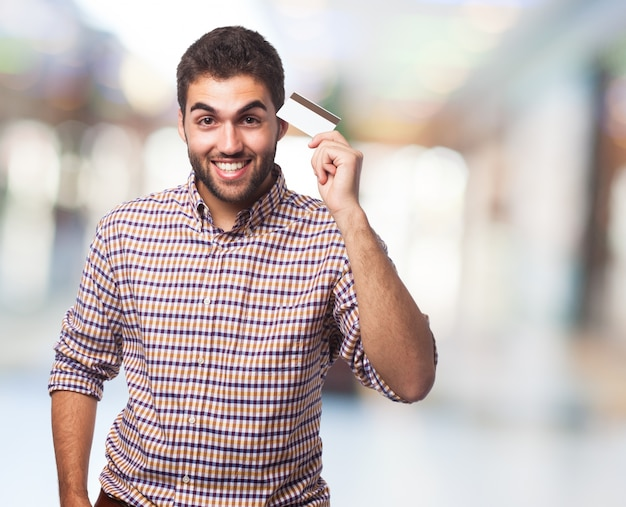 Hombre que sostiene la tarjeta en la mano.