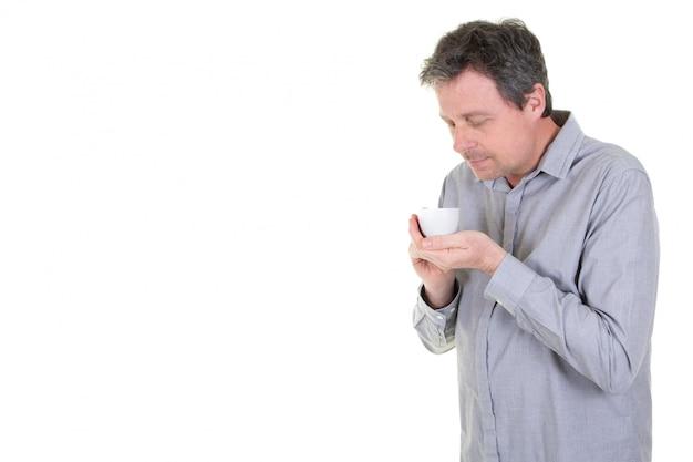 Hombre que sostiene una taza de té o café caliente con espacio en blanco copia en blanco