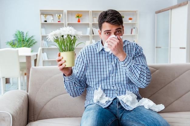 Hombre que sufre de alergia - concepto médico