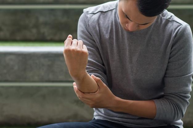 Hombre que sufre de dolor en las articulaciones, artritis, gota, síntomas reumatoides