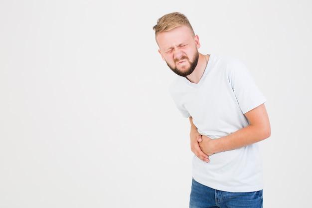 Hombre que sufre de dolor de estómago