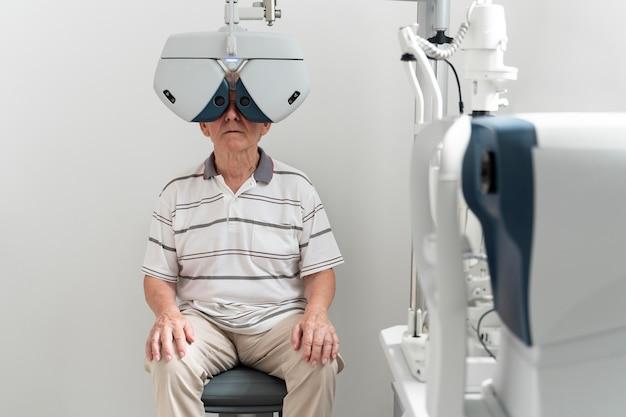 Hombre que tiene una cita de oftalmología