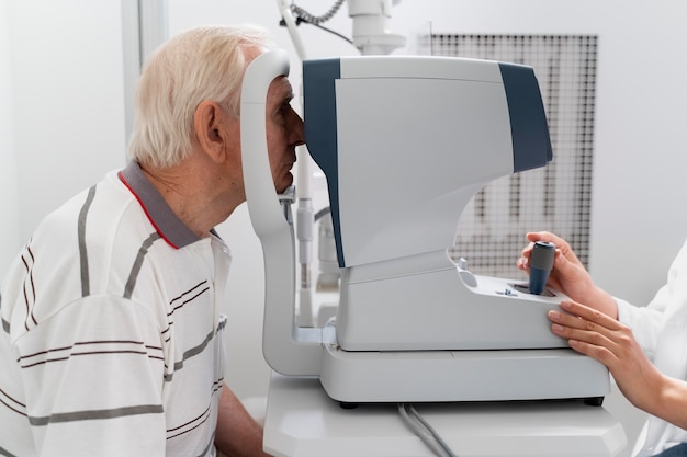 Hombre que tiene un control de oftalmología