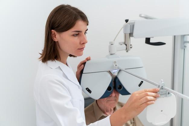 Hombre que tiene un control de la vista en una clínica de oftalmología