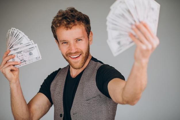 Hombre que tiene dinero en la mano
