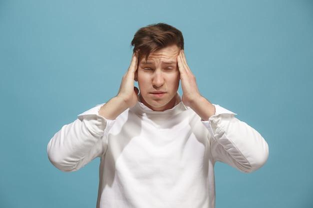 Hombre que tiene dolor de cabeza. aislado sobre
