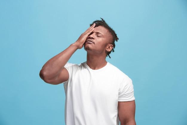 Hombre que tiene dolor de cabeza