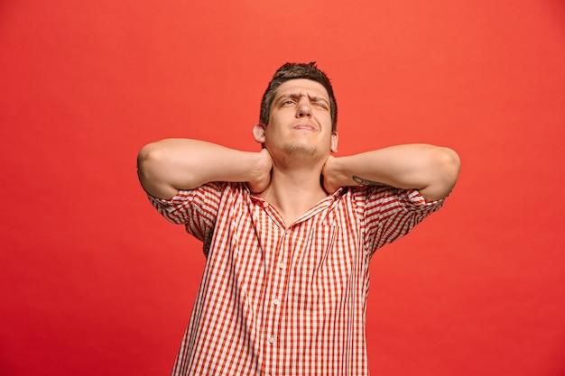 Hombre que tiene dolor de cuello.