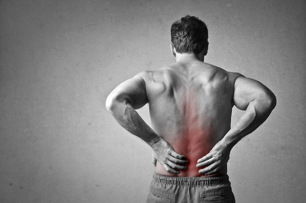 Hombre que tiene dolor de espalda