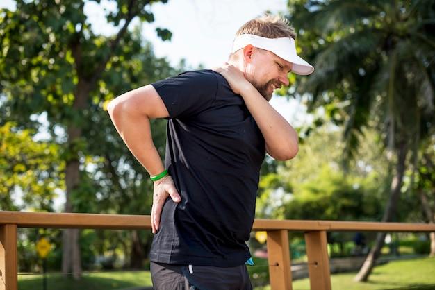 Hombre que tiene un dolor de espalda