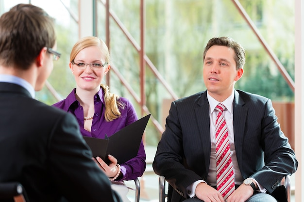 Hombre que tiene una entrevista con el empleo de gerente y socio de empleo