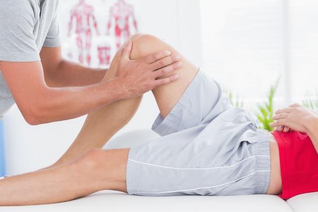 Hombre que tiene masaje en las piernas