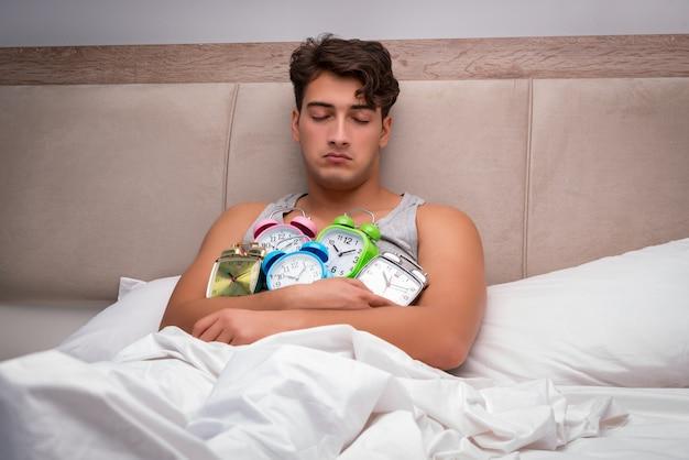 Hombre que tiene problemas para despertarse en la mañana