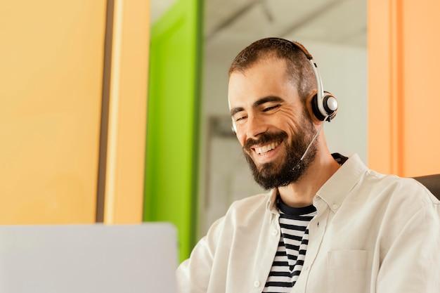 Hombre que tiene una reunión en línea para trabajar