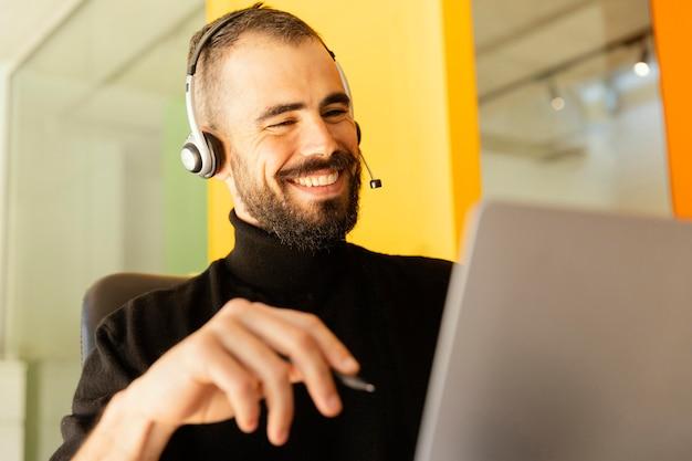 Hombre que tiene una videollamada para trabajar