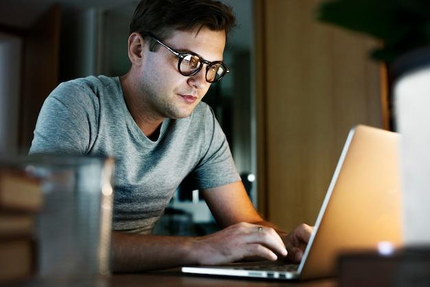 Hombre que trabaja en la computadora portátil